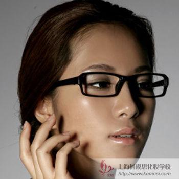 眼镜美女怎么化妆?教你掌握戴眼镜的化妆技巧,打造出完美自我