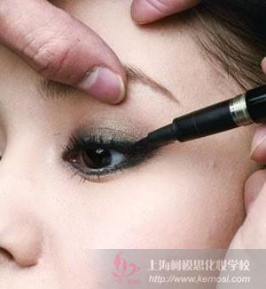 化妆新手怎么画眼线?教你怎么画超自然眼线