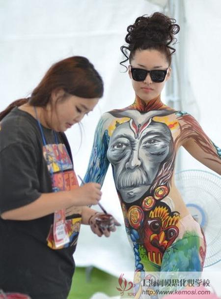 选手正在做人体彩绘