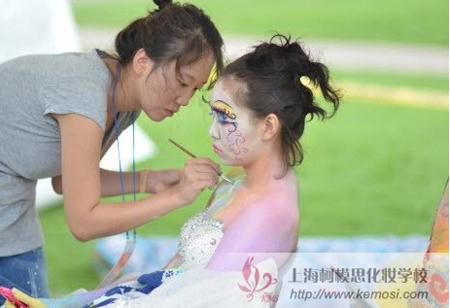 2011国际人体彩绘节选手正在为模特化妆