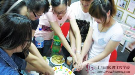 2011国际人体彩绘节,中国参赛选手一起切蛋糕