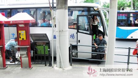 上海柯模思化妆学校派大巴车迎接2011国际人体彩绘节参赛选手