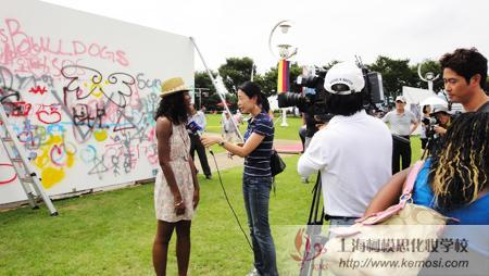 2011韩国大邱国际人体彩绘节上TBC电视台采访美国游客