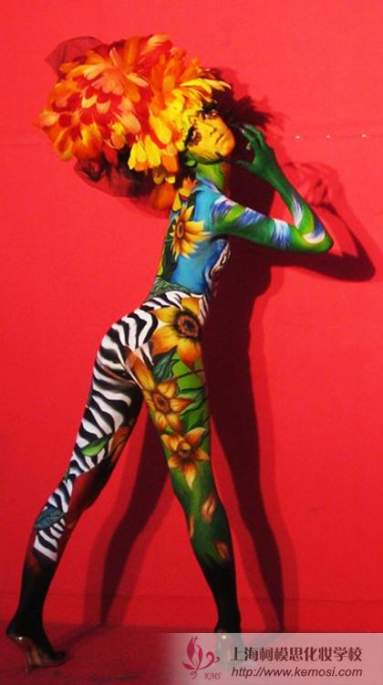 模特展示全身彩绘作品