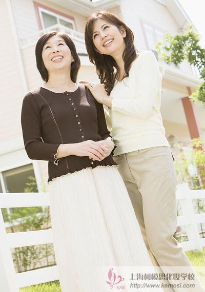帮妈妈打扮要注意哪些?怎么才能让妈妈显得更年轻呢?