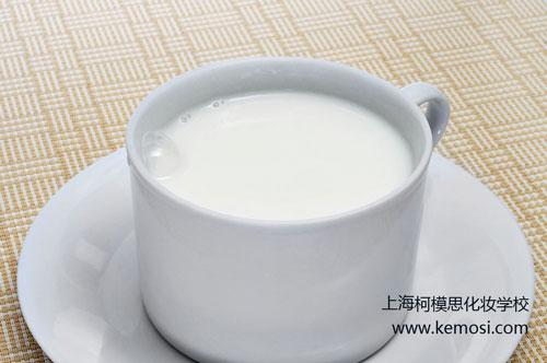 喝牛奶能美白吗,巧用牛奶换新肤