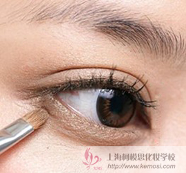 打造电眼美女?暖棕色眼妆让眼睛电力十足