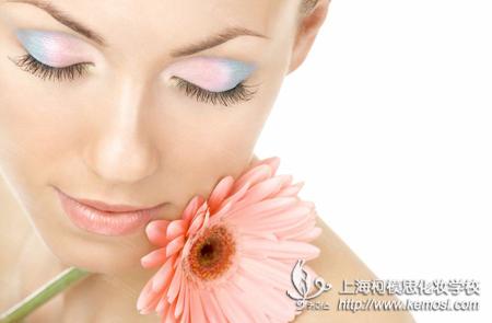的人物整体造型与妆容,打造我们的审美水平.   如何学化妆呢