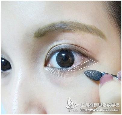 初学者如何画眼线?