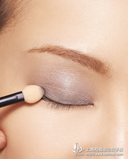 舞台妆的画法是有讲究的,具有众多严格要求,舞台妆的化妆师自是要严于律己。上妆过程中,首先粉底应涂擦多层,尽可能厚一点,白一点,保持干净,避免出现油光,以防灯光照射下会显得油腻,其次,眉毛应该要讲究对称效果,且眉毛要具有虚实轻重之分。第三,考虑到观众与舞台的距离,舞台妆体现五官的远距离轮廓,美目贴之类的细节可省去。第四,眼妆需要画多层效果,凸显眼睛的有神和深邃,对眼睛的大小也会有很好的修饰作用。第五,假睫毛的粘贴要注意粘成弧形,且弧线成流畅的曲线,与眼线紧密相接。第六,腮红要注意对称,方能显得更加有气色