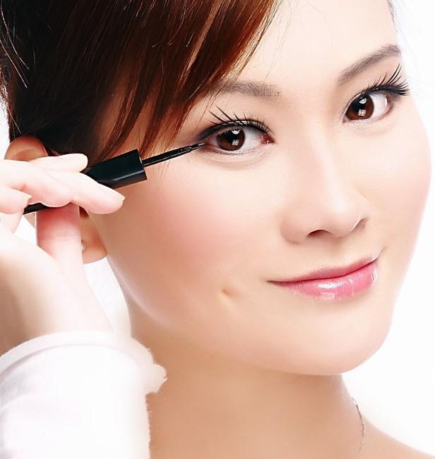 现在大街上有很多漂亮MM,他们的相同点就是都有一双大大的眼睛,这对于大部分天生小眼睛的美女们来说只有羡慕的份了,既然天生不如别人,只有通过化妆了,好的方法也是可以达到同样的效果的,尤其是对于内双眼皮的美女来说,今天柯模思化妆学校就来给大家说一下关于内双眼皮的化妆技巧,怎样让你成为大眼MM?   第一步:沿着上睫毛根部用眼线笔将其间的空隙填满,然后从眼头到眼尾画出一条粗的眼线,宽度以眼睛睁开后与上眼皮的褶皱重合为止。    第二步:加重眼头的眼线,眼睛再睁开后,眼角睫毛根部眼线会被眼皮的褶皱遮盖,因此眼